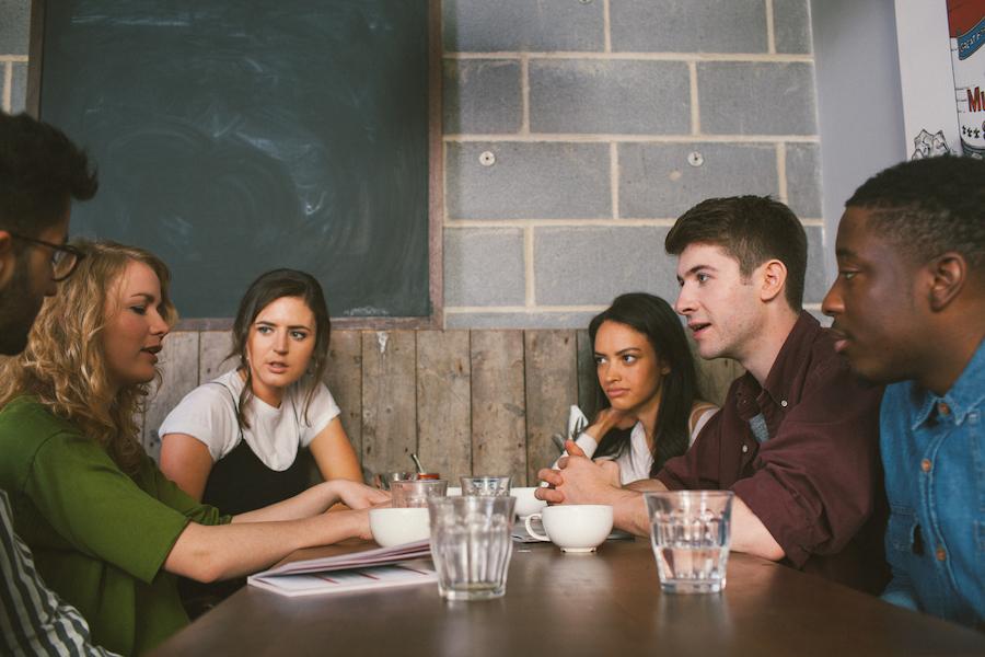 modelli di incontri tra gli studenti universitari